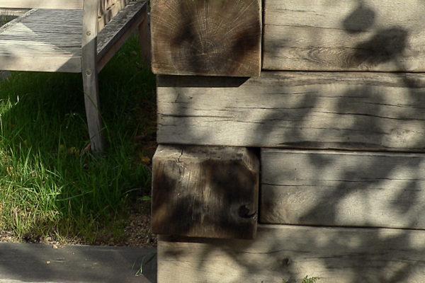 dubové dřevo v zahradě